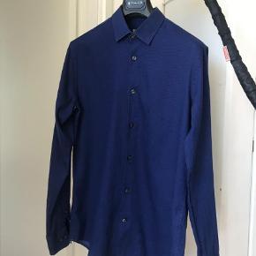 Varetype: Langærmet Størrelse: 39 Farve: Blå Oprindelig købspris: 1200 kr.   Sælger ud af mange af mine skjorter alene fordi jeg har for mange :)
