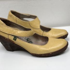 Skønne rummelige og behagelige sko i den fineste gule farve.