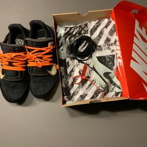 Sælger disse virkelig lækre og ikoniske sneakers Der er tale om et par  Off White x Nike air presto De er str 45 Standen er ca 8/10 Og der følger  -boks -ekstra laces  -off White tags med  Prisen er byd