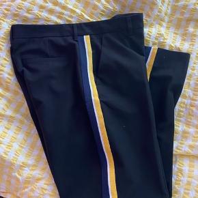 Super lækre bukser. Jeg er 157 cm og det er mig der har dem på på billedet.  Størrelsen er til den store side.   Mp 350 pp og evt ts gebyr.  Jeg bytter ikke