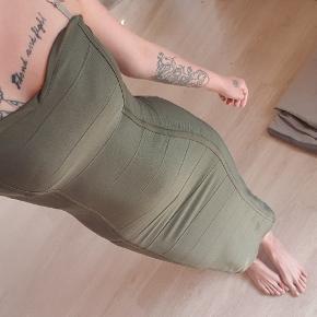 Flot lang stram kjole i speciel grøn farve næsten som ny