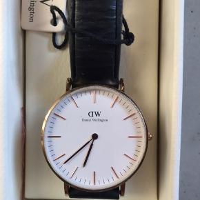 Sælger dette smukke Daniel Wellington ur i guld, da det ikke bliver brugt mere😊  Model: CLASSIC SHEFFIELD  Størrelse: 36 mm  skriv gerne for mere info☺️