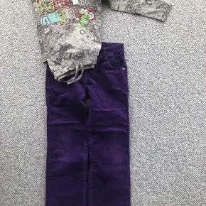 """Me Too fløjsbukser med elastik i taljen i lilla. Derudover en bomuldsbluse i grå med mørkere print og påsyet tekst """"Beauty Angel""""  Prisidé dkk 50,00 - kom gerne med et seriøst bud :-)  Forsendelse med DAO dkk 35,95"""