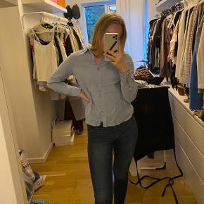 Fin blå skjorte. En smule krøllet. Brugt få gange  Tjek mine andre annoncer ud☺️ Jeg sælger en masse forskelligt tøj, sko og tasker.  Der gives mængderabat🌸