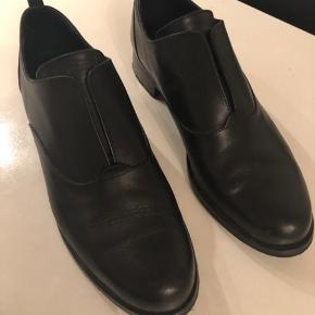 Fede nye sko. Været på 2-3 timer. Men jeg har købt dem for små.  En alm str 39