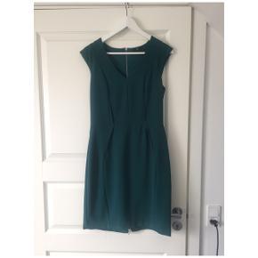 Rigtigt fin kjole, går til lige over knæet .  Den har lidt brugs knubs, men slet ikke i øjnefaldene ting
