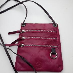 Lækker lille taske med 3 rum fra bel sac metropol,  fejler ikke noget og brugt minimalt,  50kr
