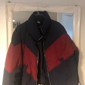 Sælger den populære jakke fra H&M, da jeg lavede et fejl køb. Grundet fejlkøb, er fremstår den derfor som ny. BYD