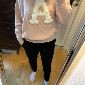 Sweater med det sødeste print  Afhentes 8000 Aarhus C  Sender også med Dao, køber betaler selv fragten.
