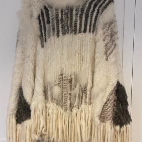 Smuk poncho med hætte af pels af kanin og ræv. Brugt få gange.