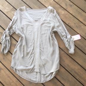 Super fed skjortebluse i mørk beige. Ny og ubrugt, men sælges billigt da den er gået lidt i sømmene ved det ene ærme. Det er lige til at sy(hvis man kan finde ud af det😉