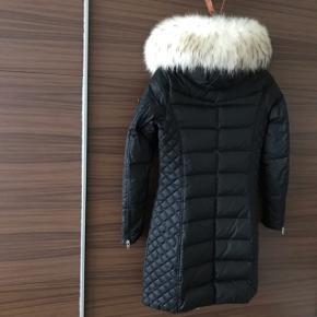Sort Rock'n Blue jakke med ægte pelskrave. Det er en størrelse 34 og har haft det på et par gange, men fejler intet! ❤️