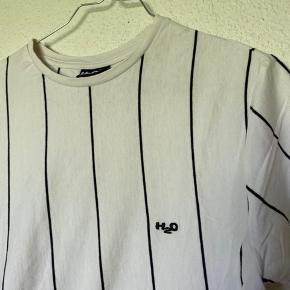 Hvid H2o t-shirt - passer en str S 😊   Skriv for flere billeder :)