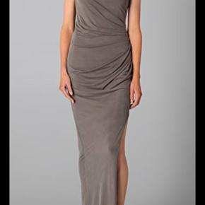 Jeg sælger denne smukke kjole fra Helmut Lang. Den er blevet brug en enkelt gang og derefter sendt til rens. Kjolen er asymmetrisk, har en høj slids og er lavet af en lækker blød cupro kvalitet. Perfekt til bryllup, galla eller en anden stor festlig begivenhed.   Kan afhentes på Nørrebro eller sendes. Køber betaler fragten.