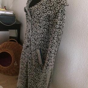 Varetype: Frakke Farve: Grå  Smart uldfrakke fra Zorbé med fine detaljer. Rigtig pæn stand.  Sendes forsikret med DAO eller GLS køber betaler evt forsendelse.
