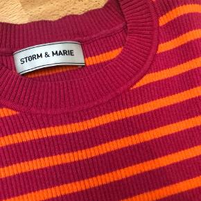 Stribet t-shirt i orange/pink. Str S. Afhentes i Aarhus.