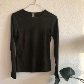 Grøn bluse med rib fra H&M sælges!