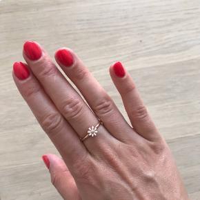 Skøn ring fra Christina Jewelry & Watches i rosaforgyldt sølv med marguerit.  Flere ringe findes på min profil. 💍👍🏻