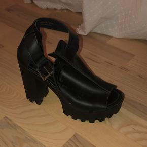 Fede sandaler fra New Look. Sælges, da de ikke bliver brugt. Brugt 2 gange. 1 enkelt gang af mig og en enkelt gang af en veninde :-)