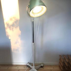 Skulpturel anderledes Vintage lampe til den der tør have en anderledes lampe stående. Vintage Imperial professionel hårtørrer ombygget til LED gulvlampe. Kan justeres i højden og kører på hjul. Hvid 3m stofledning. Den er total renoveret og omlakeret og har samtidigt den rigtige vintage patina.