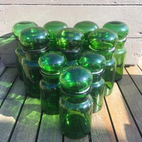 Gamle medicinglas i grønt glas. 5 store tilbage. (Et stort låg mangler (tabte det efter billedet var taget.. typisk. 🤦🏽♀️)) 40 kroner pr. Stk. for de små og 45 kroner pr. Stk for de store. 💚💚