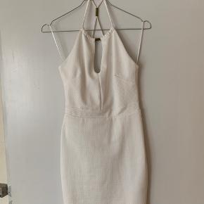Flot stram hvis kjole. Rigtig flot på, aldrig brugt. God til kommende studenter 🎉💞