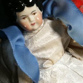 Vintage China head dukke.. Skøn I udtryk og med smukt tøj. Måler ca 37 cm. Har stået i skab..
