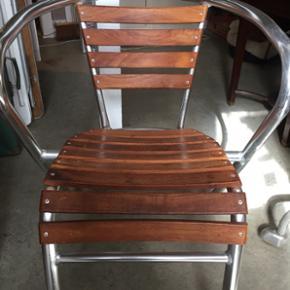 Fin stol i træ og stål.. Velegnet både til  ude og indebrug..