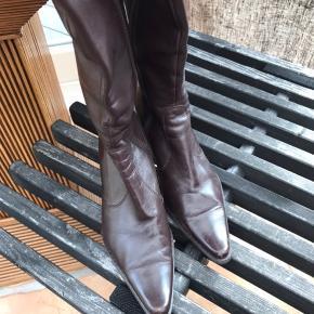 Skønne støvler fra Billi Bi i lækkert blødt skind. Brugt som ses på foto. Prisen er sat derefter.