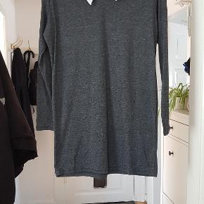 Fin t-shirtkjole med krave i 65% bomuld, 35% polyester. Længde: 79cm Ærmer: 56cm BM: 2x50cm Talje: 45cm