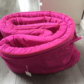 Tyk sengerand fra SmallStuff. Pink med rød pyntekant. Brugt til ét barn. Fra røg-og dyrefrit hjem.