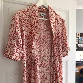 Sælger min fine ganni kjole 💕💓 den fejler ingenting, får den desværre bare ikke brugt....