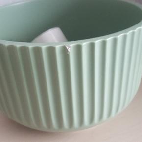 Lyngby skål i mintgrøn, der er slået en lille flig af kanten (se billede 2) H 12 cm - Ø 20 cm  Kan hentes i Brøndby eller vi kan mødes i København 🎃  Tryk på mit navn for at se resten af mine annoncer 😉