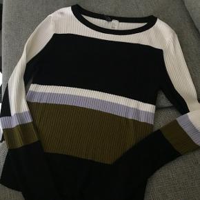 Sælger denne trøje fra H&M da jeg simpelthen har for meget. Den er næsten ikke brugt og passer en str. S/M. Byd gerne :-) Sender for købers regning.