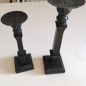 To sorte lysestager trænger til rengøring  Sendes ikke