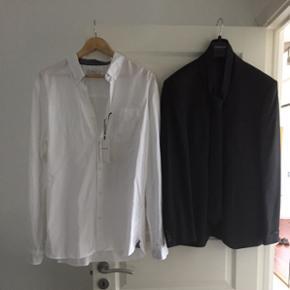 Helt nyt aldrig  brugt, og stadig med mærke i. Skjorte XXL model slim fit, nypris 350,- habit jakken er str 54 model slim fit.Nypris 999.- slips 200,- det hele har en værdi på 1550,- der følger en beskyttelses pose med til tøjet. Købt til min søns konfirmation, men der var varmt den dag, så det kom aldrig i brug