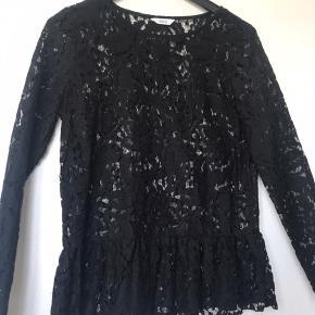 Aldrig brugt Envii bluse i sort med rigtig flot mønster.   Forsendelse betales af køberen (evt. Dao). Der er desuden mulighed for afhentning i Helsingør.   Skriv gerne for yderligere information;)).   Kig gerne på mine mange andre opslag.   Med venlig hilsen  Luna.