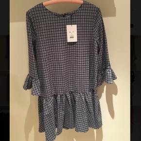 Sælger denne flotte kjole, da jeg har fortrudt mit køb og ikke kan returneres. Den er købt på udsalg til 450 kroner sat ned fra 750. Kan passes af en M-L