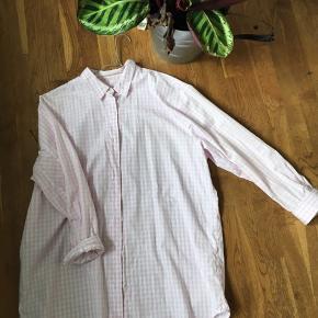 Oversize Mads Nørgaard skjorte i smukke rosa og hvide tern 🌸🐚 Skjorten er brugt en smule, men fremstår i rigtig fin stand 👛 Nypris: 900kr Model: Pop Check Saxa sport cuff 100% bomuld  Bud ønskes! 💘