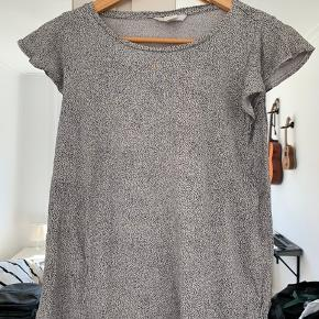 H&M t-shirt brugt få gange, men er blevet for lille..