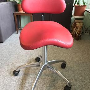 Peter Opsvik Balans. Speciel limiteret udgave. Udført i super flot & lækkert mørkerød okseblodsfarvet læder, som er blødt & slidstærkt.   Ryglæn: H 31 cm fra sæde.  H 23 cm polstret ryglæn.  B 42,5 cm ryglæn.  Sæde: BxD 45x42 cm.  Siddehøjde: 50-75 cm.    - Højde justering - Vippefunktion i sæde med fastlåsning - Ryglænet kan stilles op og ned  Peter Opsvik (kendt fra Håg Capisco, Stokke, Varier Balans) har designet denne specielle version.   Mega behagelig & ergonomisk funktionel med mange indstillingsmuligheder. Siddehøjde 50-75 cm. Højere end almindelig/gennemsnitslig kontorstol. 5 stjernet blanktpoleret stål fodkryds gør den egnet til kontor brug.   Enestående mulighed for at få denne unikke, behagelige & ikoniske designer kontorstol. Garanteret du ikke finder en ligende, da det er en limiteret udgave.   Som du kan se er den i super flot stand med minimal slidtage. Ingen fejl, defekter eller huller.   Fra røgfri, børnefri & dyrefri hjem.  Se mine andre salgsvarer/annoncer. Sælger også Herman Miller Don Chadwick Aeron, Håg Credo/Capisco, Kinnarps 6000 stole.   Sælges kun 2995kr. Hentes i Aarhus eller sendes til 99kr. Kan tage med til København 24-25. April.