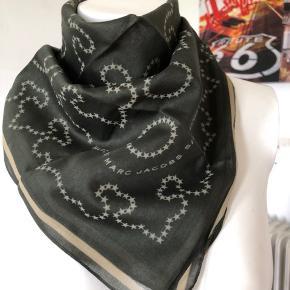 Mørkegrøn bandana tørklæde fra Marc by Marc Jacobs. Købt i 2007 men aldrig brugt.  Mål: 55/57 Byttes ikke.