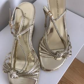 Aldrig brugt. Super fin sommer sandal, men har alt for smal fod for at holde sådanne sandaler på min fod🙈