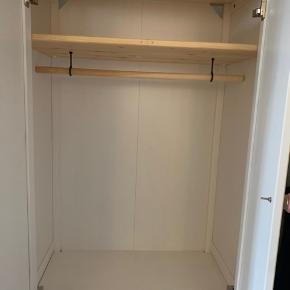 Dejlig garderobeskab fra IKEA. Perfekt til børneværelset. Søde porcelænsknopper medfølger. Levering ej muligt, skal afhentes.