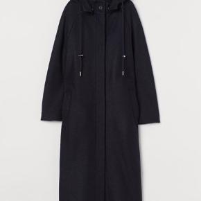 Supersmuk mørkeblå frakke i ren uld. Oversize, knapper, hætte. Fra H&Ms Premium Quality. Fremstår i flot stand uden huller eller slid.