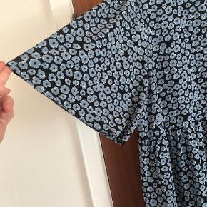 Super lækker kjole med søde ærmer. Kun brugt en gang.