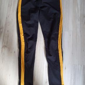Fede leggings med sennepsfarvet Strib. Er pæne som nye.  BYD gerne og tag et kig forbi mine andre annoncer og spar penge - også på portoen 😉