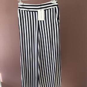Aldrig brugte   Super fede bukser med matchende skjorte. (Se min anden annonce)   Samlet pris for sættet 1400!!  Nypris 1.999 kr.