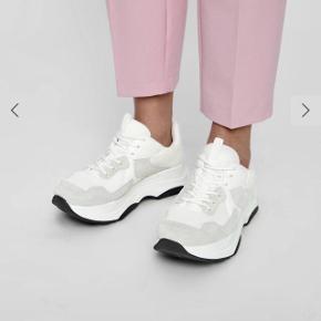 Hvide sneakers fra Bianco  ALIA CHUNKY NET SNEAKERS  • Str 39  • Brugt i en periode over 3 mdr  • Ny pris 600 ,- • Rund snude  • Overdel i læder og net  • Chunky gummisål  Svang: 100% Bomuld Overdel: 50% Læder, 50% Polyester Sål: 100% Termoplastisk gummi  Søgeord: tyk sål, plateau, chunky  #trendsalesfund