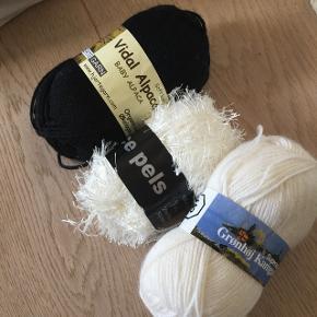 Garn 1 pose fuld med bla. Baby alpaca, kamgarn, artic uld og strømpegarn i afdæmpede farver, grå, sort, hvid, mørkeblå. Ca 20 nøgler. Nogle nøgler har en nypris op til 40kr pr nøgle